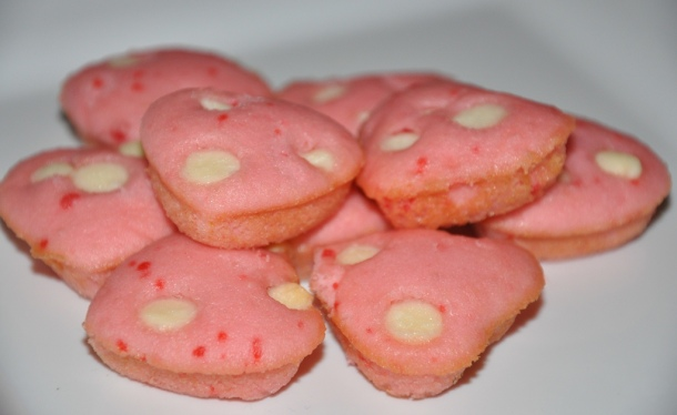 Mini heart cakes with white chocolate chips